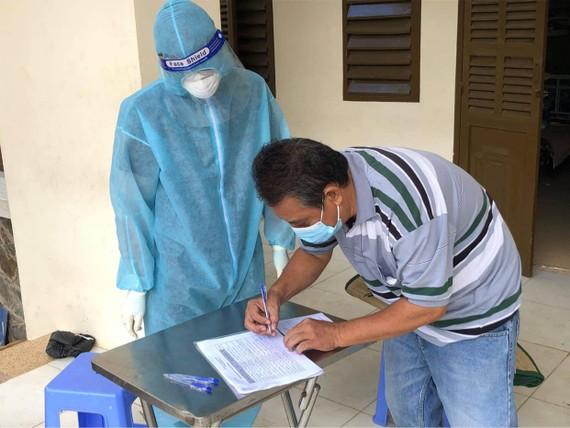 Một bệnh nhân mắc Covid-19 làm thủ tục xuất viện