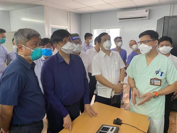 Bộ trưởng Bộ Y tế Nguyễn Thanh Long kiểm tra Trung tâm Hồi sức Covid-19 do Bệnh viện Việt - Đức quản lý