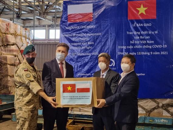 Thứ trưởng Bộ Y tế Nguyễn Trường Sơn và Phó Chủ tịch UBND TPHCM Dương Anh Đức tiếp nhận trang thiết bị y tế từ Chính phủ Ba Lan