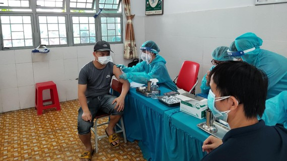 Nhân viên y tế tiêm vaccine Covid-19 cho người dân
