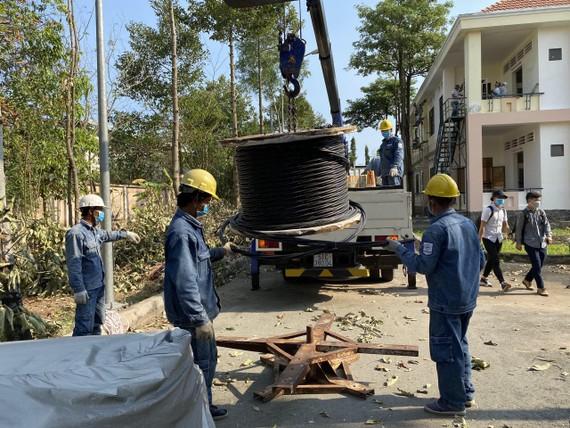 Dựng trụ công trình cấp điện cho Bệnh viện dã chiến số 2 tại huyện Nhà Bè, TPHCM