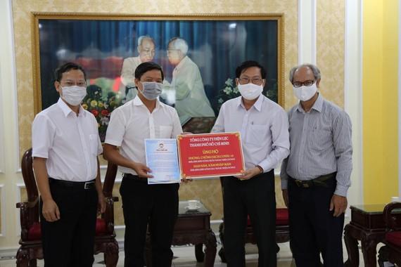 Tổng Công ty Điện lực TPHCM ủng hộ 700 triệu đồng cho công tác phòng chống dịch Covid-19 và hỗ trợ đồng bào các tỉnh bị thiệt hại do hạn mặn, xâm nhập mặn