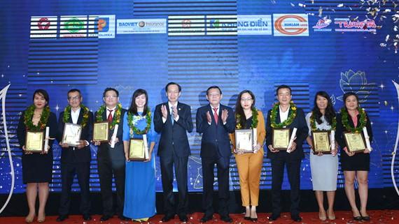 Phó Chủ tịch Thường trực UBND TPHCM Lê Thanh Liêm và Tổng Biên tập báo SGGP Nguyễn Tấn Phong trao giải thưởng Thương hiệu Vàng 2020 cho các doanh nghiệp. Ảnh: VIỆT DŨNG