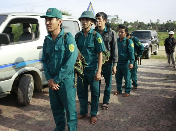 mỗi chiến sĩ mang ba lô đưa đồng đội về quê hương