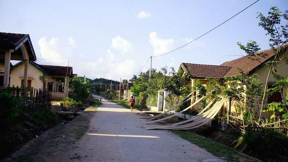 Một khu tái định cư Thủy điện Đắkđrinh Sơn Tây. Ảnh: NGUYỄN TRANG