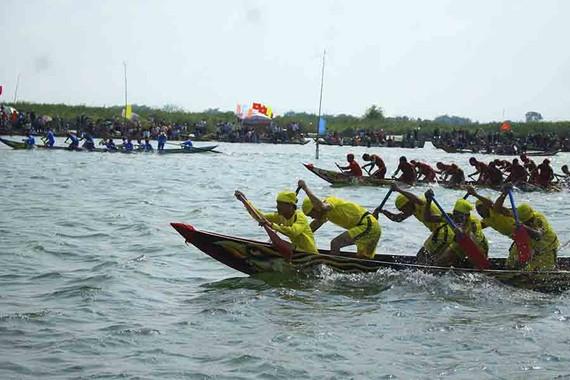 Nô nức lễ hội đua thuyền vùng sông nước ở Quảng Ngãi