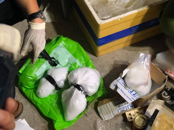 Tại hiện trường, công an phát hiện và thu giữ hơn 5kg chất rắn tinh thể màu trắng nghi ma túy