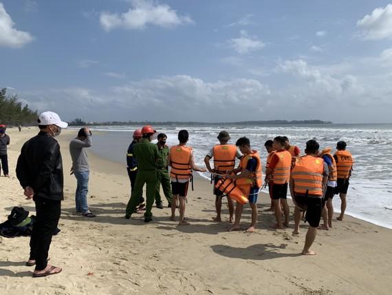 Lực lượng cứu hộ đang tích cực tìm kiếm 2 người mất tích biển Mỹ Khê