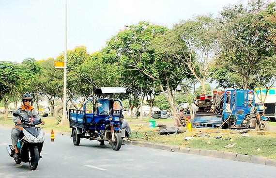 Chiếm lòng đường làm nơi sửa xe ba gác máy