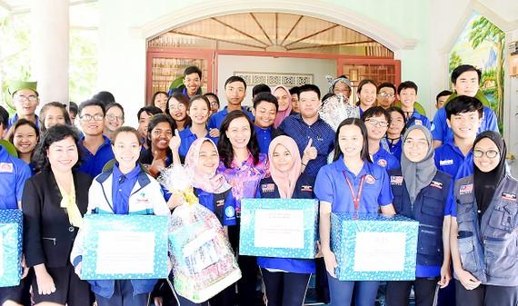 Dịp này, đồng chí Nguyễn Thị Thu đã tặng quà, động viên các chiến sĩ tình nguyện hành quân xanh.