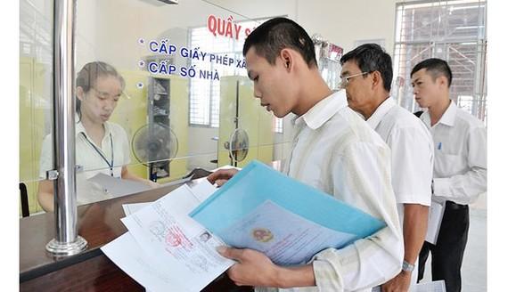 Người dân quận Bình Tân làm thủ tục hành chính. Ảnh: VIỆT DŨNG