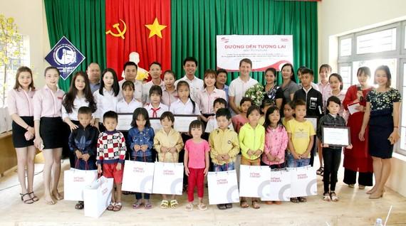 Home Credit Việt Nam trao học bổng và tặng quà học sinh Đắk Lắk