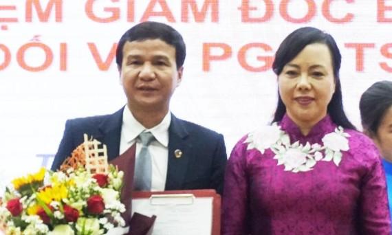 Bộ trưởng Bộ Y tế Nguyễn Thị Kim Tiến trao quyết định bổ nhiệm cho PGS.TS Lê Đình Thanh, Phó Giám đốc Bệnh viện Thống Nhất giữ chức vụ Giám đốc Bệnh viện Thống Nhất. Ảnh: VOH