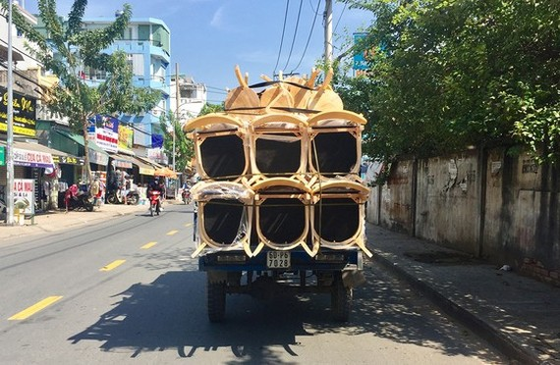 Xe 3 bánh chở hàng hóa cồng kềnh lưu thông trên đường phố TPHCM