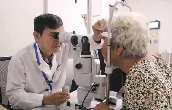 Khám tầm soát mắt cho một cụ bà tại ngày hội