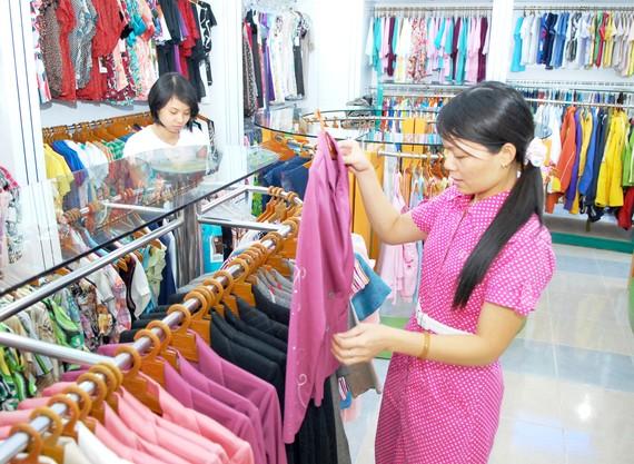 Mua hàng thời trang thương hiệu Việt.  Ảnh: THÀNH TRÍ