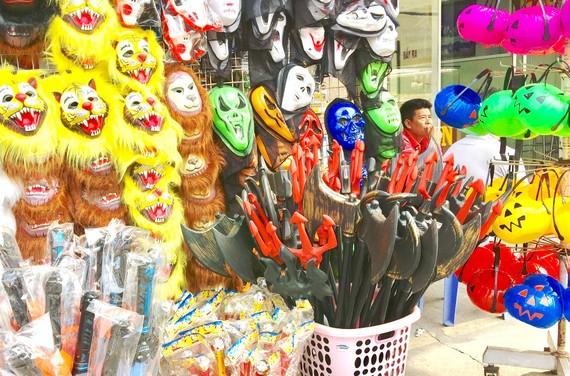 Mặt nạ máu, bộ đồ phù thủy, kiếm, đao… là những món đồ chơi đang được nhiều cửa hàng bày bán trong mùa Halloween năm nay