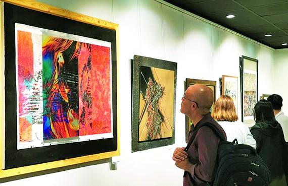Thưởng lãm tác phẩm tại triển lãm Digital art
