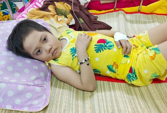Bé Nguyễn Thị Ngọc Linh rất cần sự giúp đỡ của các nhà hảo tâm.
