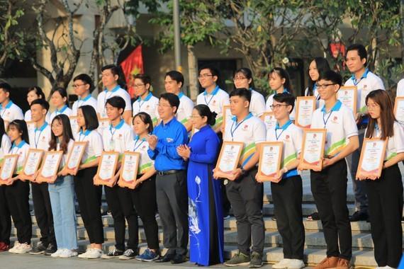 Các đại biểu tham dự Liên hoan Bí thư chi đoàn giỏi TPHCM lần V năm 2019, được trao giấy chứng nhận Bí thư Chi đoàn giỏi TPHCM lần V