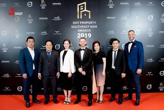 Đại diện Nam Group nhận giải tại sự kiện.