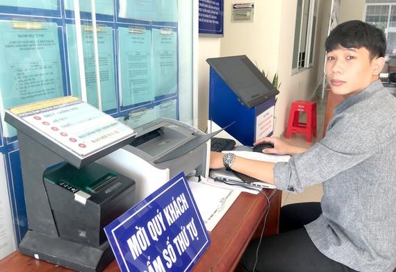UBND phường 14 quận Gò Vấp (TPHCM) áp dụng công nghệ vào giải quyết thủ tục hành chính, thuận lợi cho người dân và nâng hiệu quả quản lý. Ảnh: TRẦN YÊN