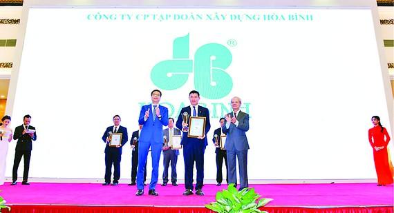 Ông Nguyễn Hùng Cường - Phó Tổng Giám đốc đại diện Hòa Bình  nhận giải thưởng của chương trình