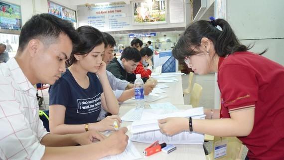Sinh viên nộp đơn xét tuyển tại một trường ĐH