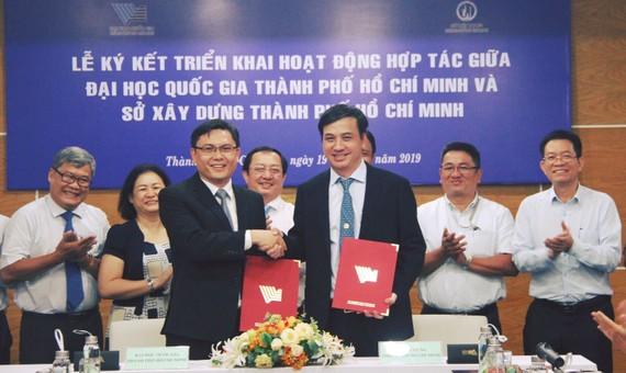 Lãnh đạo Đại học Quốc gia TPHCM và Sở Xây dựng TPHCM tại lễ ký kết. Ảnh: ĐHQGTPHCM