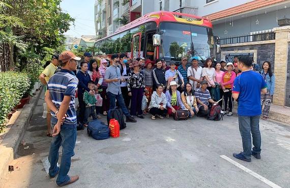 Tổ chức chuyến xe đưa người lao động nghèo về quê ăn tết