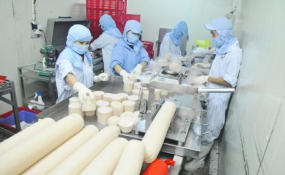 Chế biến chả lụa tại Xí nghiệp Chế biến thực phẩm Nam Phong. Ảnh: CAO THĂNG