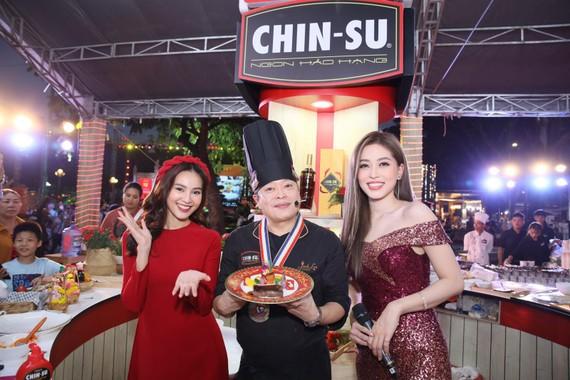Diễn viên Ninh Dương Lan Ngọc, đầu bếp Hollywood Jack Lee và Á hậu Phương Nga giao lưu tại gian hàng CHIN-SU