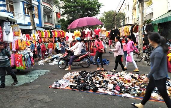 Đường 40A (phường Tân Tạo, gần Công ty Pouyuen)  biến thành chợ tự phát
