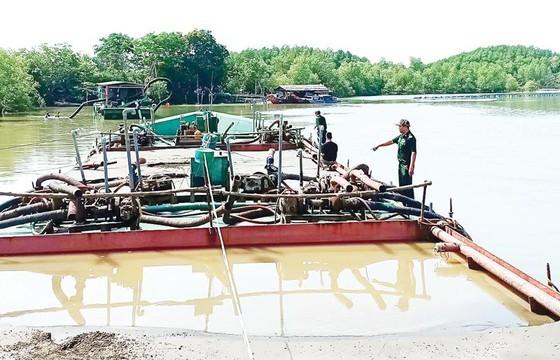 Bộ đội Biên phòng TPHCM bắt một vụ khai thác cát trái phép trên vùng biển Cần Giờ vào tháng 3-2019. Ảnh: QUANG HUY