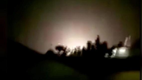 Một vụ nổ được nhìn thấy sau khi tên lửa đáp xuống căn cứ không quân Ain al-Asad ở Iraq, hình ảnh được cắt từ clip quay vào ngày 8-1-2020. Ảnh: Iran Press