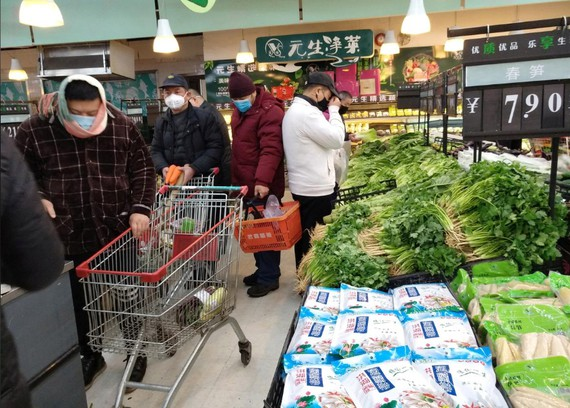 Người dân Trung Quốc đeo khẩu trang khi mua sắm tại một siêu thị, ngày 26-1-2020. Ảnh: CNS/REUTERS  