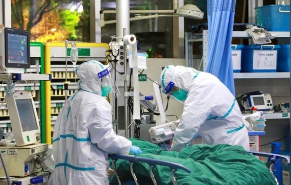 Các bác sĩ điều trị cho bệnh nhân mắc virus Corona tại Bệnh viện Đại học Vũ Hán, tỉnh Hồ Bắc, Trung Quốc, ngày 28-1-2020. Ảnh: CHINA DAILY/REUTERS