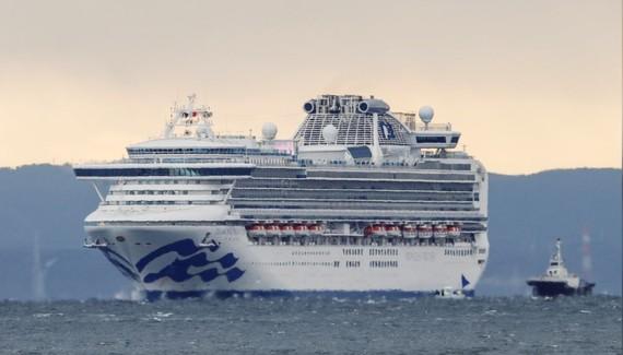 Tàu du lịch Diamond Princess, nơi có thêm 10 người dương tính với virus Corona, tàu đang neo đậu ở Yokohama, phía Nam Tokyo, Nhật Bản, ngày 6-2-2020. Ảnh: REUTERS / Kim Kyung-Hoon