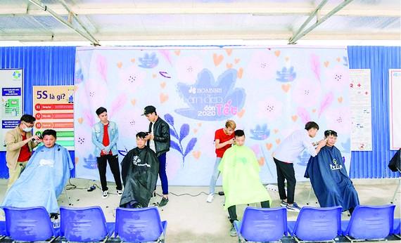 Làm đẹp đón xuân, cắt tóc miễn phí cho 1.000 công nhân