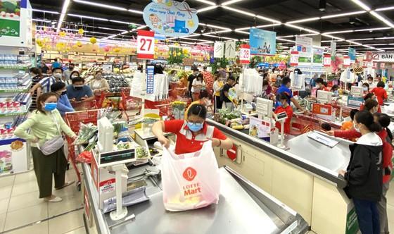 Các hệ thống siêu thị khẳng định không thiếu hàng hóa thiết yếu. Ảnh: CAO THĂNG