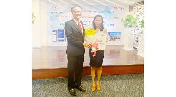 Khách hàng nhận giải nhất SaigonBank smart banking ngày 14-2