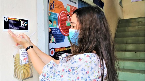 Cán bộ Trường Đại học Khoa học Tự nhiên TPHCM rửa tay bằng nước sát khuẩn