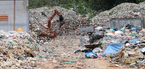 Rác tồn đọng chất thành núi ở Bãi Nhát - Côn Đảo