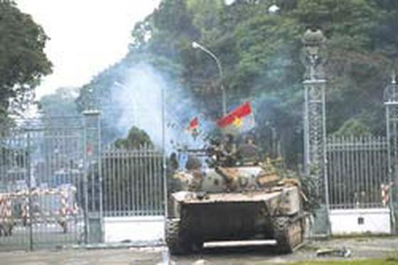 Chiếc xe tăng đầu tiên (xe 390) của quân giải phóng húc đổ cổng sắt Dinh Độc Lập trong ngày 30-4-1975.