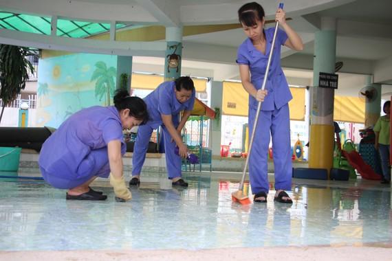 Giáo viên Trường Mầm non Hoàng Yến (quận Gò Vấp) làm vệ sinh trường lớp  vào sáng 14-5 để chuẩn bị đón học sinh quay lại trường