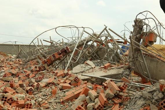 Hiện trường vụ sập tường công trình ở Trảng Bom, Đồng Nai khiến 10 người tử vong. Ảnh: VŨ PHONG
