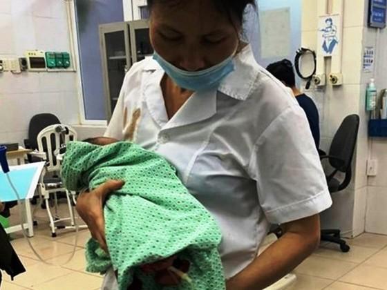 Bé trai sơ sinh bị bỏ rơi ở thị xã Sơn Tây đang được các bác sĩ chăm sóc