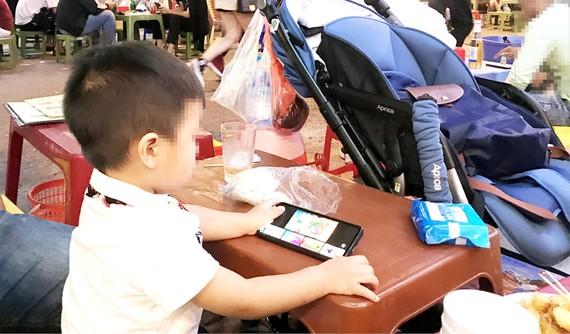 """Game online """"ăn sâu"""" vào nhiều lứa tuổi và ở khắp mọi nơi. Ảnh: HOÀNG HÙNG"""