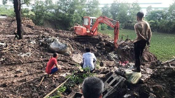 Cơ quan chức năng tìm thấy rác thải của Công ty TNHH Shing Mark Vina chôn lấp. Ảnh: Báo Đồng Nai