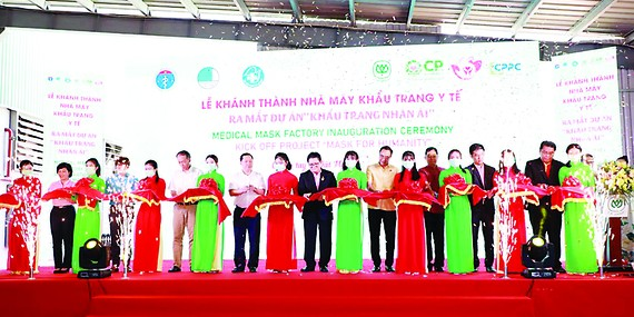 Công ty cổ phần Chăn nuôi CP Việt Nam tặng 8 triệu khẩu trang y tế